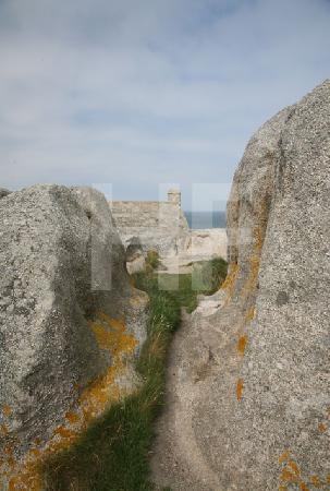 Die Felsenkapelle von Ménéham, Bretagne, Seitenansicht