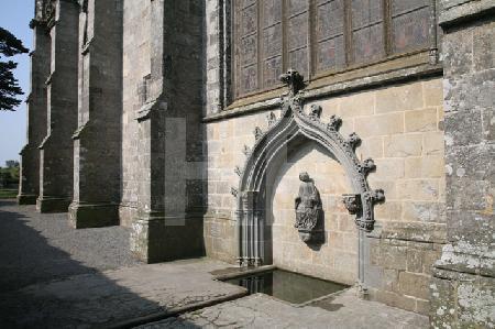 Brunnen an der Basilika Notre-Dame von Le Folgoët, Bretagne
