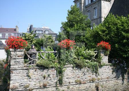 Ein Garten auf der Brücke Pont de Rohan in Landerneau, Bretagne