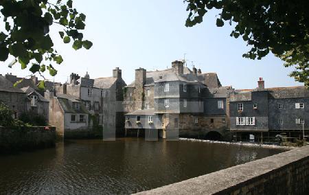 Blick auf die Rückseite der Brücke Pont de Rohan in Landerneau, Bretagne