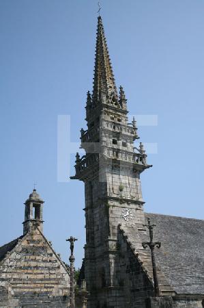 Der Glockenturm der Kirche in La Roche-Maurice, Bretagne