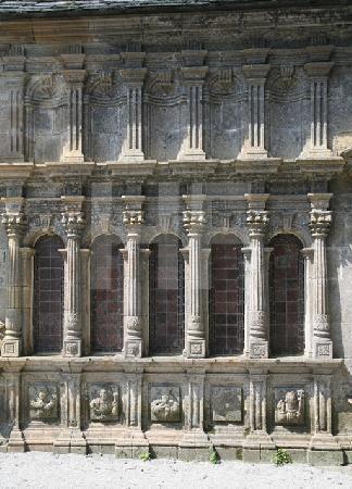 Die Fassade des Beinhauses der Kirche von Le Roche-Maurice, Bretagne