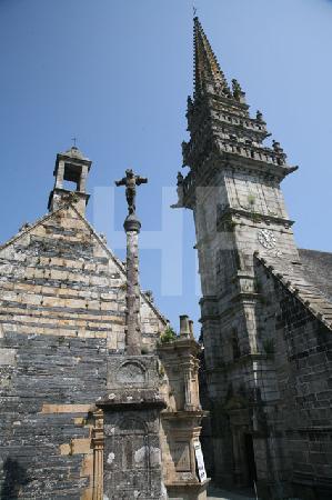 Kalvarium und Glockenturm der Kirche von Le Roche-Maurice, Bretagne