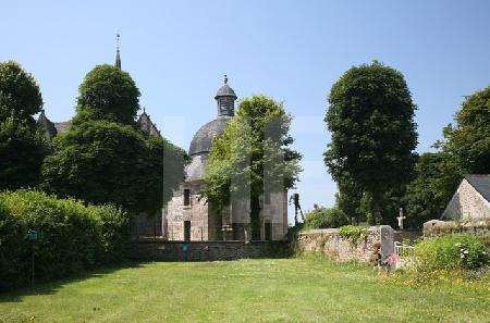Blick auf die Kirche St. Salomon in La Martyre, Bretagne