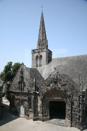 Blick auf die Kirche St. Salomon in La Martyre, Bretagne, von der Hofmauer aus