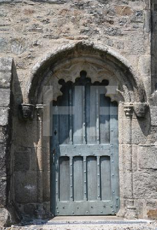 Eine Seitentür der Kirche St. Salomon in La Martyre, Bretagne