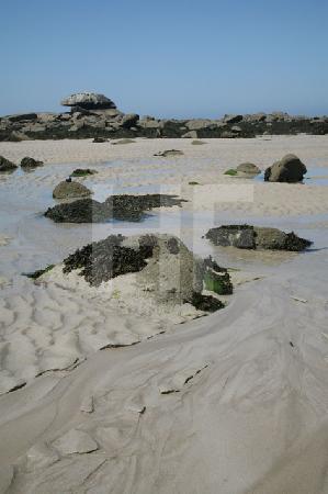 Wasserspuren im Sand bei Ebbe, Bretagne