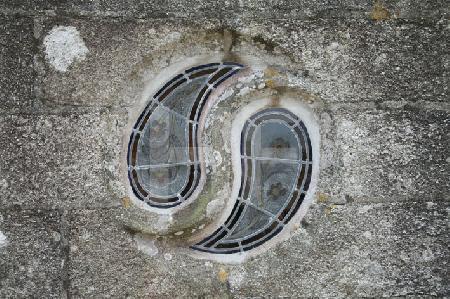 Fenster an der Kirche von Goulven, Bretagne