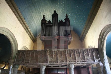 Die Orgelempore in der Kirche von Goulven, Bretagne