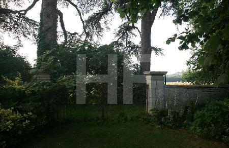 Ein Tor im Garten des Chåteau de Sully, nahe Bayeux, Normandie
