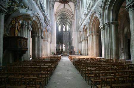 Blick in das Hauptschiff der Kathedrale von Bayeux, Normandie