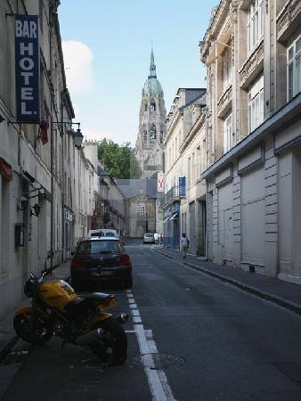 Straße mit Blick auf die Kathedrale in Bayeux, Normandie