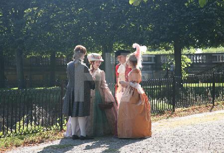 Zwei Paare in zeitgenössischem Kostüm im Brühler Park.