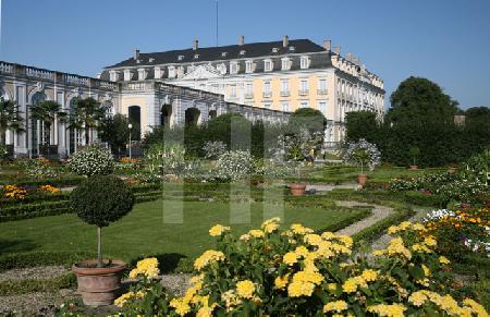 """Blick auf das Brühler Schloß vom """"Jardin secret"""" aus."""