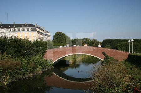 Kleine Brücke im Park von Schloß Brühl