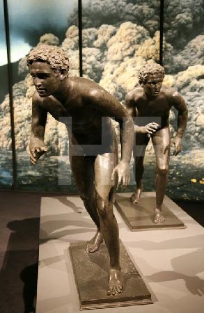 Zwei antike Läufer-Skulpturen der Herculaneum-Ausstellung in der Archäologischen Staatssammlung in München