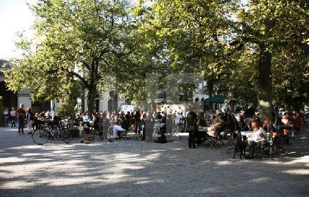 Der Biergarten im Hofgarten in München an einem Oktobertag