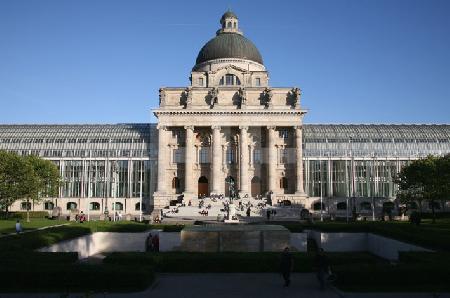 Die Staatskanzlei in München, von Osten