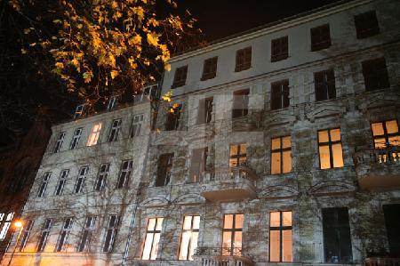 Flutlichtschatten auf einer Fassade, Berlin-Mitte
