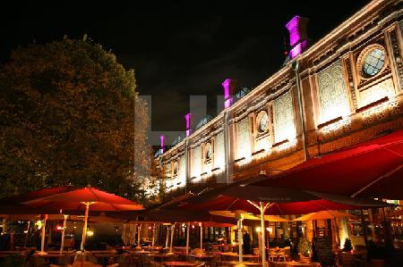 Straßencafé bei Nacht in Berlin-Mitte