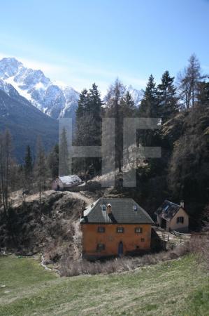 Häusergruppe am Ortseingang von Sent im Unterengadin, Schweiz