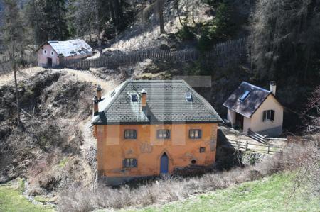 Häusergruppe am Ortseingang von Sent im Unterengadin (2)
