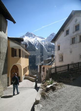 Straße mit Blick auf die Berge in Sent, Unterengadin