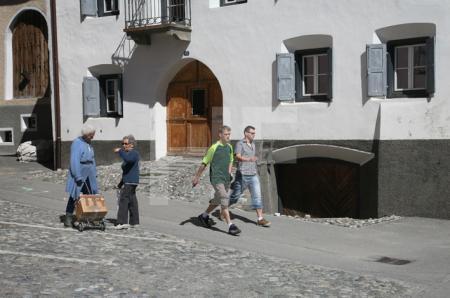 Straßenszene in Sent, Unterengadin, Schweiz