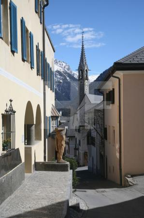 Straße in Sent, mit Kirchturm, Unterengadin