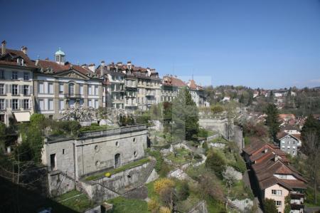Blick von der Münsterplatte auf die Häuser und Gärten der Junkerngasse, Bern, Schweiz
