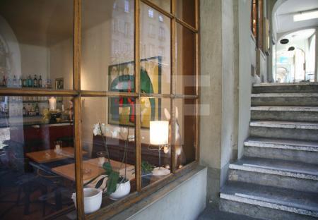 Blick in ein Restaurant unter den Lauben in der Berner Altstadt, Schweiz