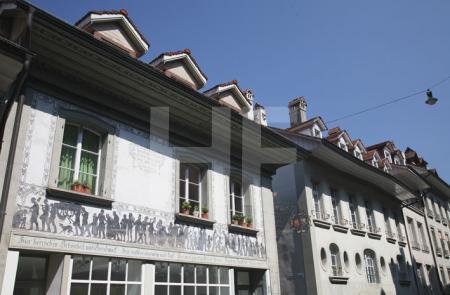 """Bemaltes Haus in der Junkerngasse in Bern (""""Hier herrschen Schönheit und Geschmack . . ."""")"""