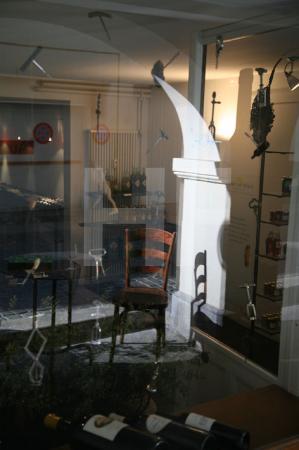 Schaufenster einer Weinhandlung in der Berner Altstadt, Schweiz (Man beachte die besonderen Korkenzieher, die das Fenster schmücken)