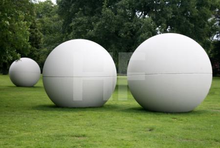 "Claes Oldenburgs ""Giant Pool Balls"" von 1977, am Aasee in Münster"