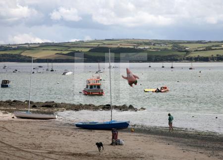 Entflogener Luftballon am Strand von Rock, Cornwall