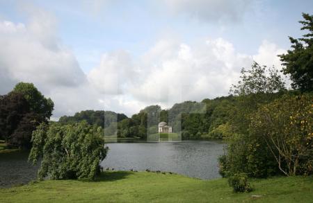 Blick über den See von Stourhead Gardens, Wiltshire