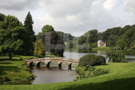 Palladische Brücke und Pantheon am See von Stourhead Gardens, Wiltshire