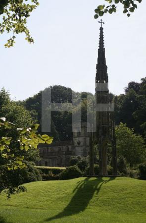 Bristol Cross und St Peters Church, Stourhead, Wiltshire